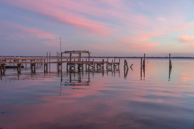 Un vieux pilier dans le ciel rose du lever de soleil image libre de droits