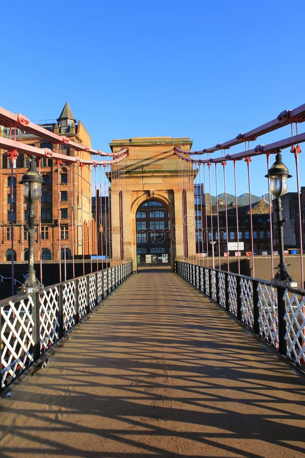 Un vieux pont victorian de pied au-dessus de la rivière Clyde photographie stock