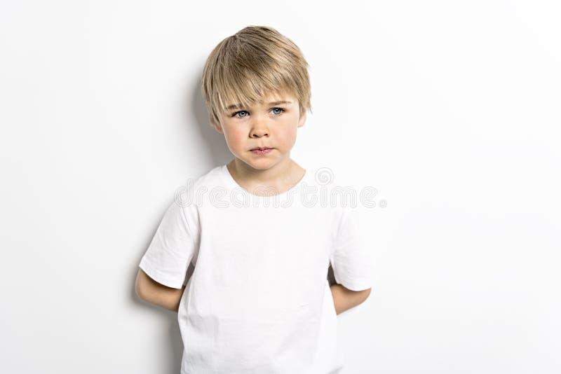 Un vieux portrait de cinq ans mignon de studio de garçon sur le fond blanc image libre de droits