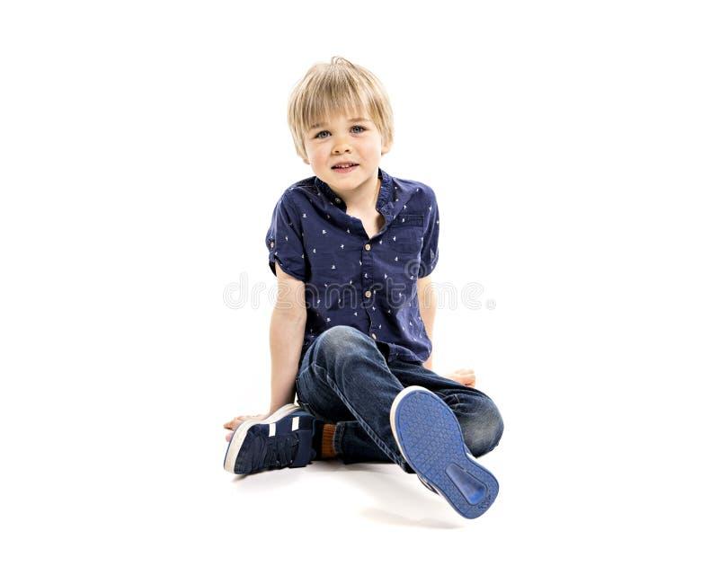 Un vieux portrait de cinq ans mignon de studio de garçon sur le fond blanc photographie stock