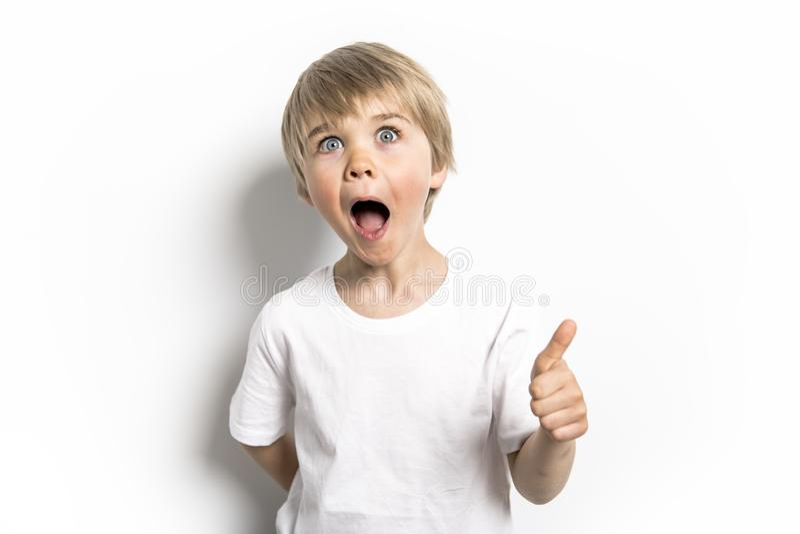 Un vieux portrait de cinq ans positif mignon de studio de garçon sur le fond blanc image libre de droits