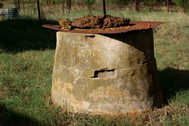 Un vieux puits d'eau a foré dedans les années 1920 photographie stock