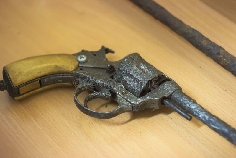 un vieux revolver rouillé images libres de droits