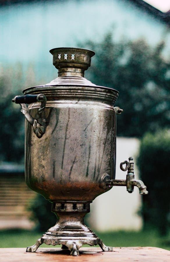Un vieux samovar russe, urne de thé images stock