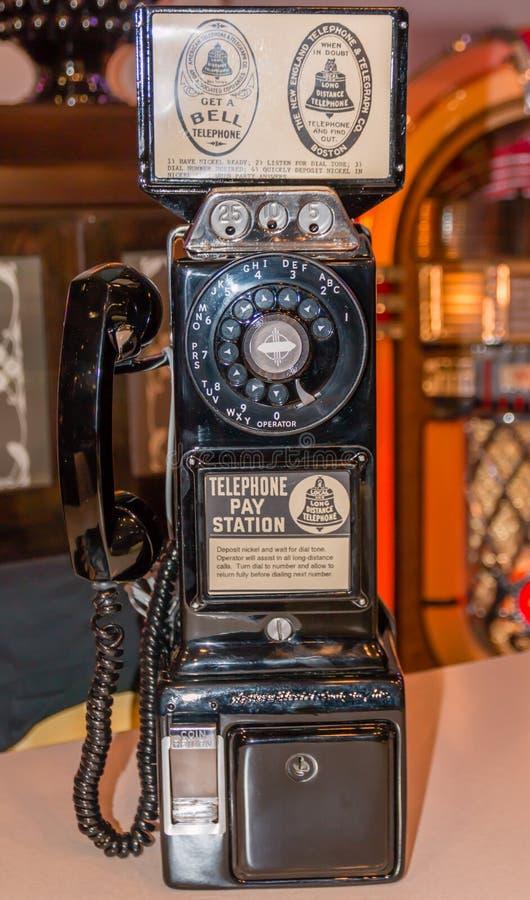 Un vieux téléphone payant de vintage photographie stock libre de droits