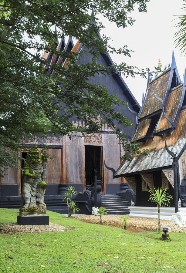 Un vieux temple noir dans Chiangrai, Thaïlande image stock