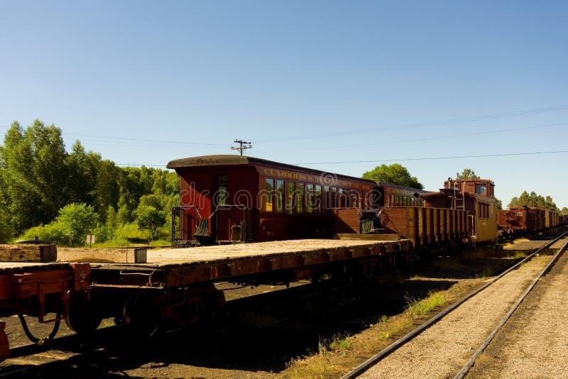 Un vieux train de voyageurs employé pour porter des touristes par les montagnes rocheuses photos libres de droits