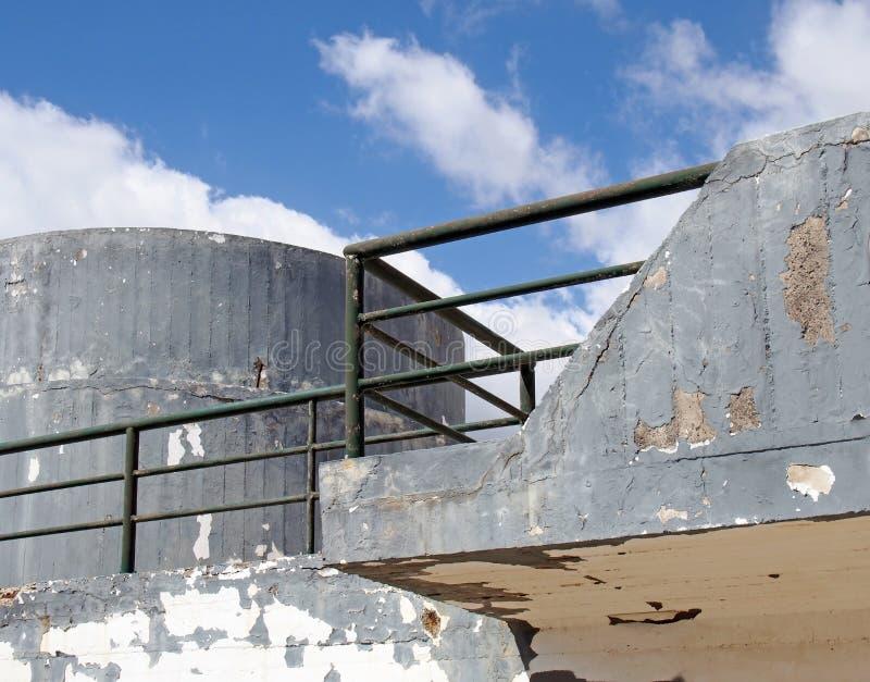 un vieux type militaire concret de ?miettage structure de soute avec des surfaces sans fen?tres arrondies et une balustrade verte photo libre de droits