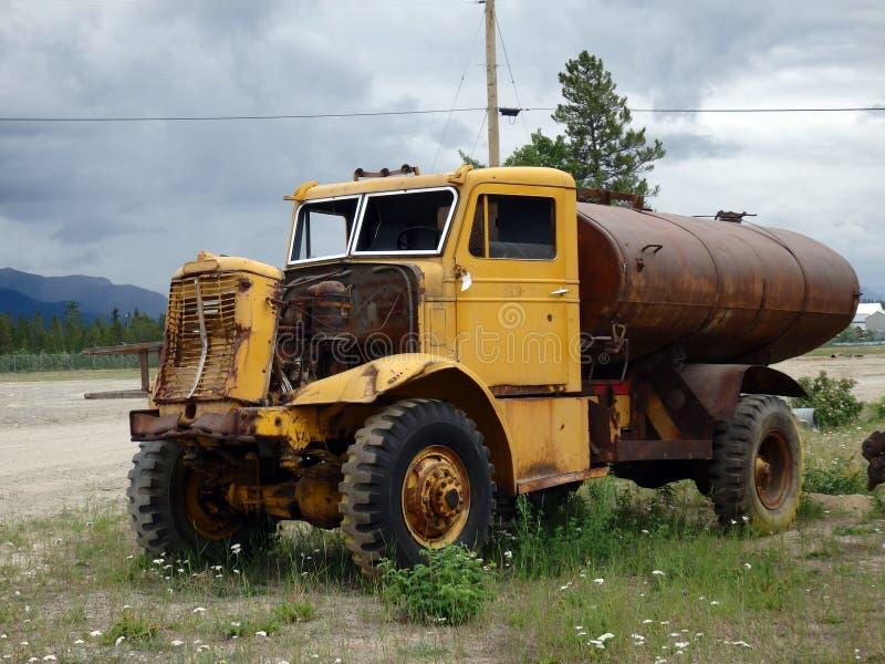 Un vieux véhicule utilisé pour porter l'eau images libres de droits
