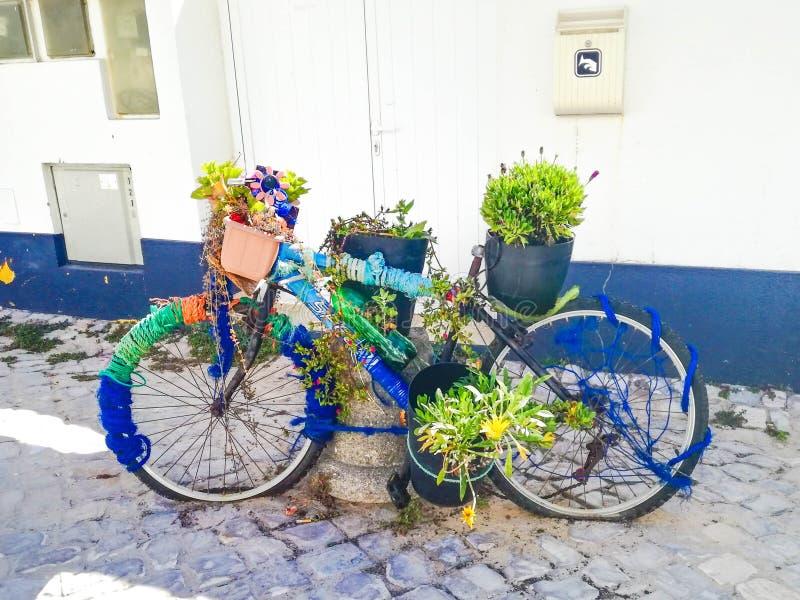 Un vieux vélo avec des usines images stock