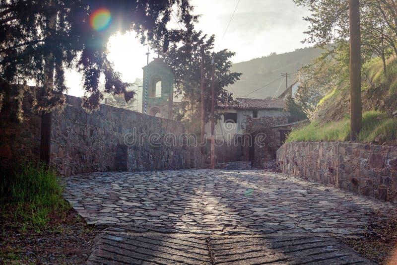 Un vieux village dans les montagnes de la Chypre, Lazanias, une vue d'a photo stock
