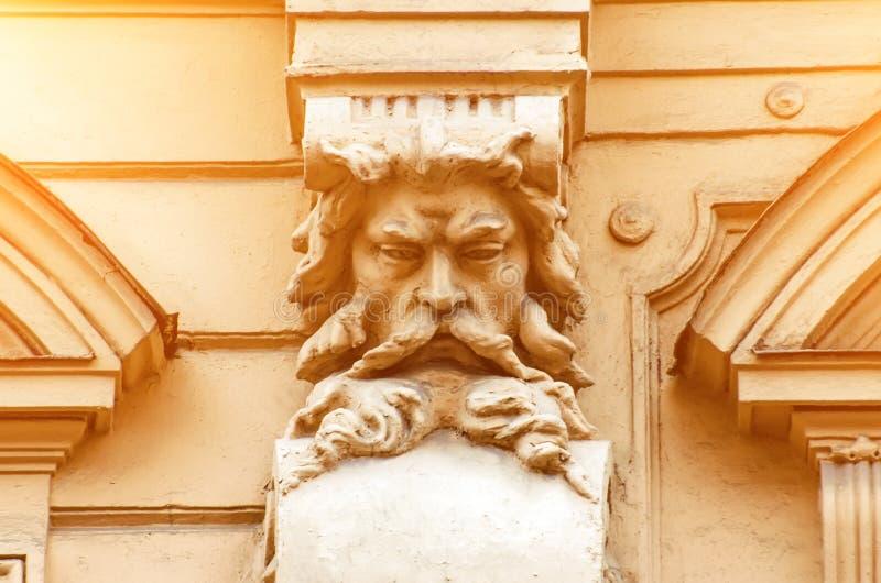 Un vieux visage de stuc d'un homme avec une barbe sur le bâtiment image libre de droits