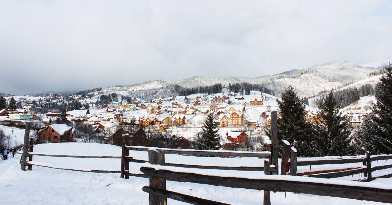 Un village dans les Carpathiens photos stock