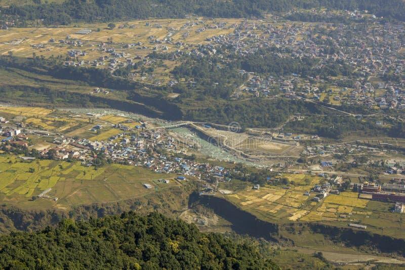 Un village dans une vallée verte de montagne avec la rivière et les champs Photographie d'air photos libres de droits