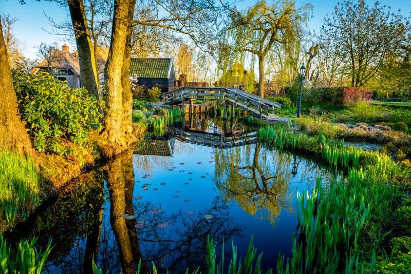 Un villaggio bello senza le strade alle ore di tramonto - Geithoorn, Paesi Bassi immagini stock