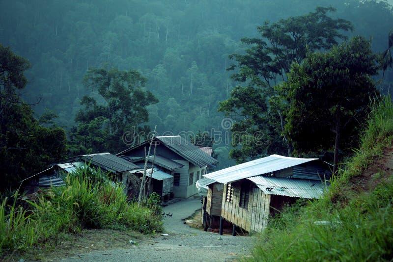 Un villaggio fra le montagne verdi immagini stock libere da diritti
