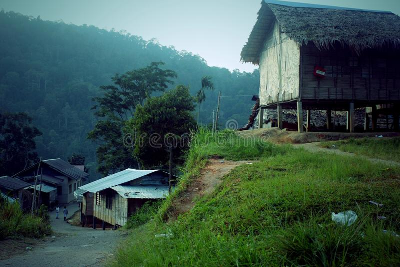 Un villaggio fra le montagne verdi fotografia stock libera da diritti
