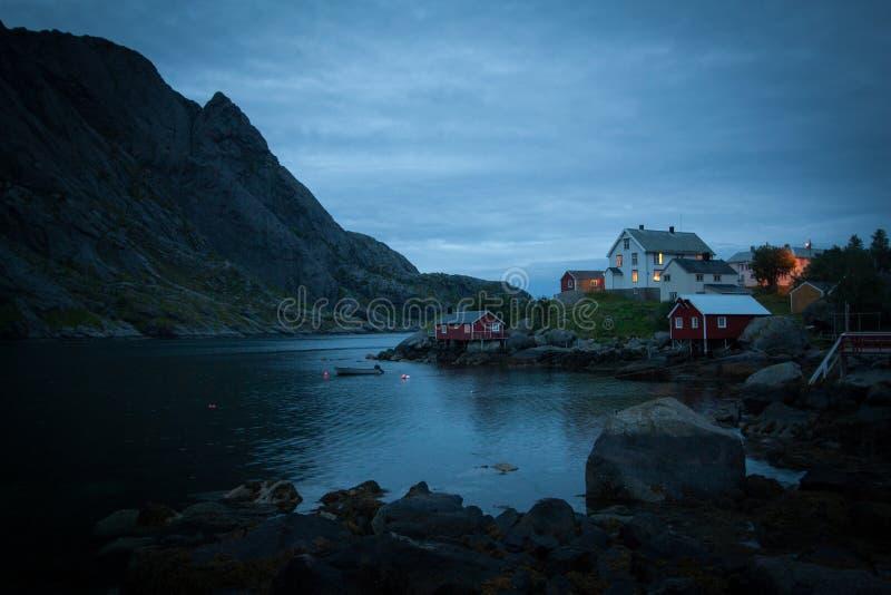 Un villaggio lunatico al crepuscolo sull'isola di Lofoten fotografia stock libera da diritti