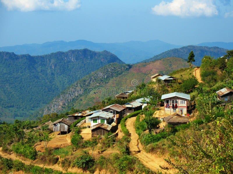 Un villaggio sulla direzione dalla città di Kalaw al lago Inle fotografia stock libera da diritti