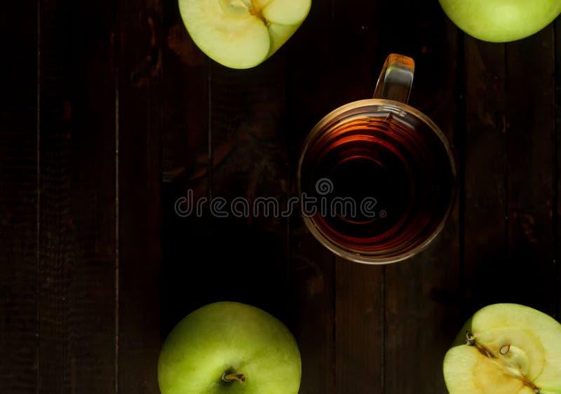 Un vinaigre de cidre en verre d'OS Apple et les pommes vertes sur le fond en bois, vue supérieure images stock