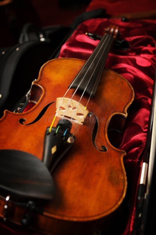 Un violín en caso del violín imagen de archivo