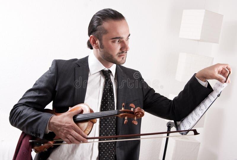 Un Violinista Con Su Violín Imagen de archivo libre de regalías