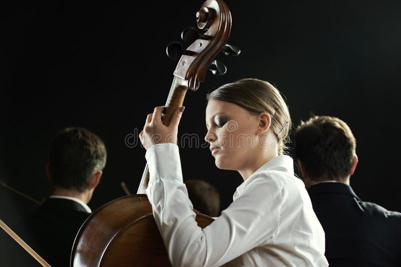 Un violoncelista en concierto imagenes de archivo