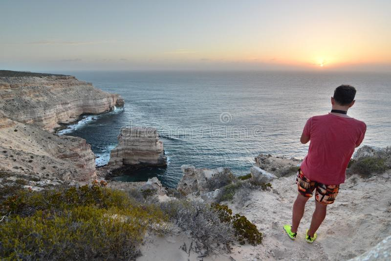 Un visitante en el paseo escénico de los acantilados costeros Parque nacional de Kalbarri Australia occidental australia foto de archivo libre de regalías