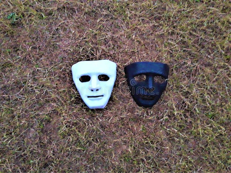 Un viso umano maschera sulla terra fotografia stock