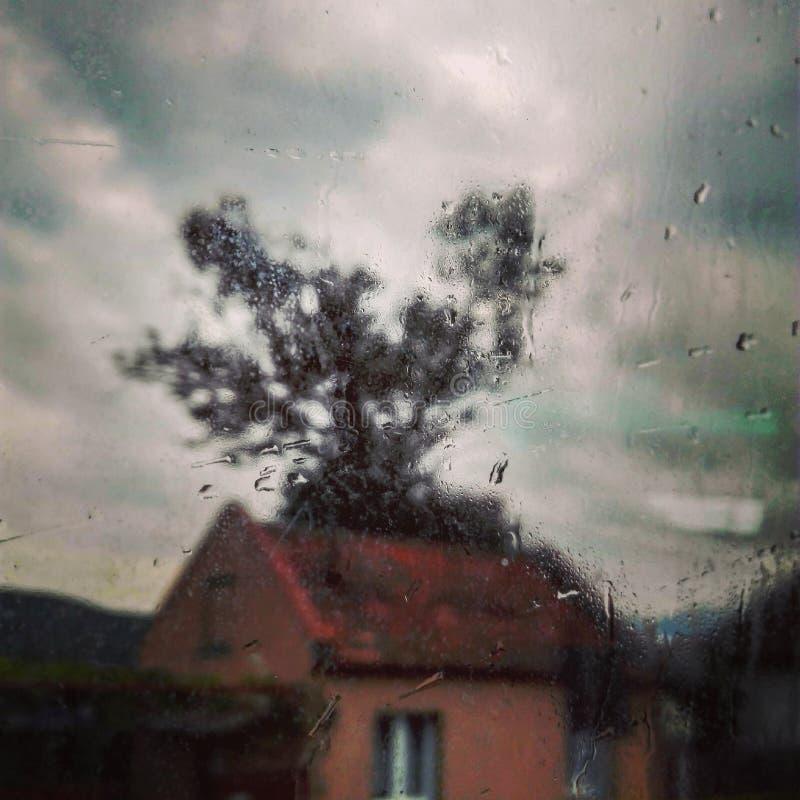 Un vistazo de una casa en un día lluvioso, cerca de Sibiu, Rumania foto de archivo