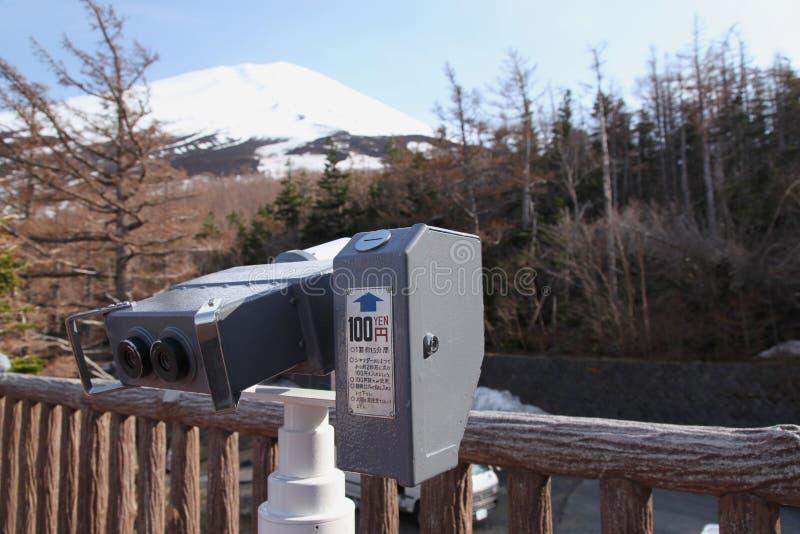 Un visualisateur binoche regardant à l'extérieur au-dessus du ciel bleu. image libre de droits