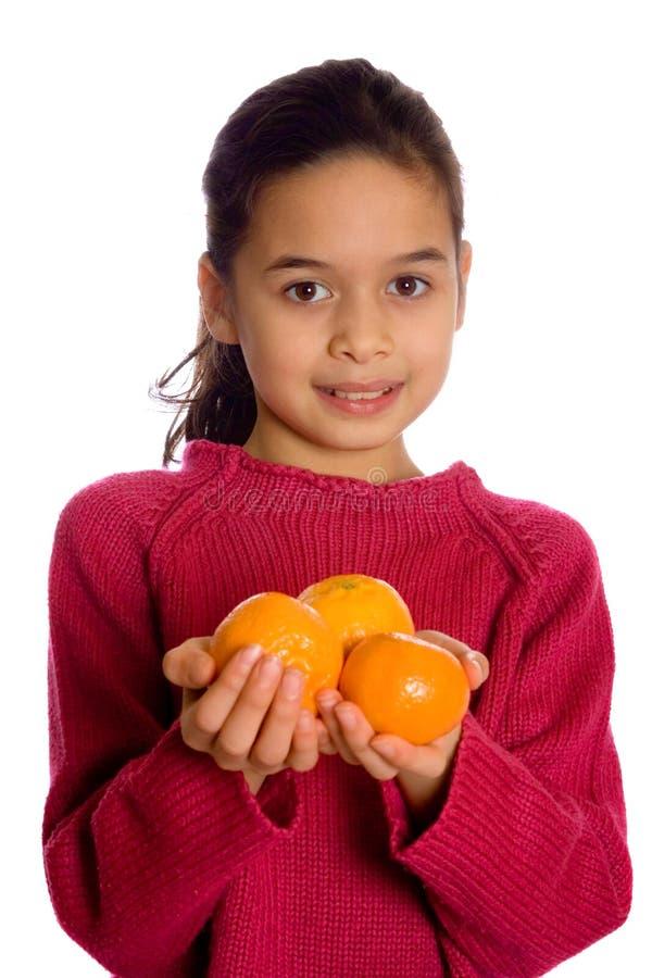 Un visualisateur de offre de jeune fille avec 3 oranges photos stock