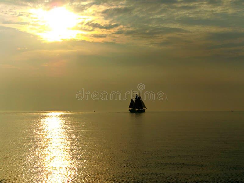 Un voilier à la soirée image stock