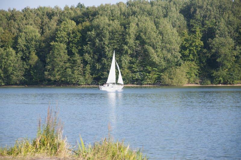 Un voilier dans le lac Ellertshaeuser (Ellertshäuser voient), Allemagne image libre de droits
