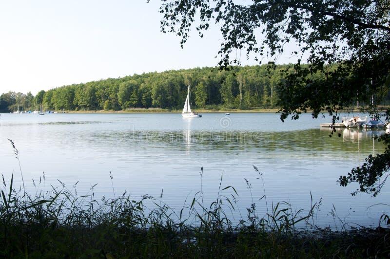 Un voilier dans le lac Ellertshaeuser (Ellertshäuser voient), Allemagne images stock