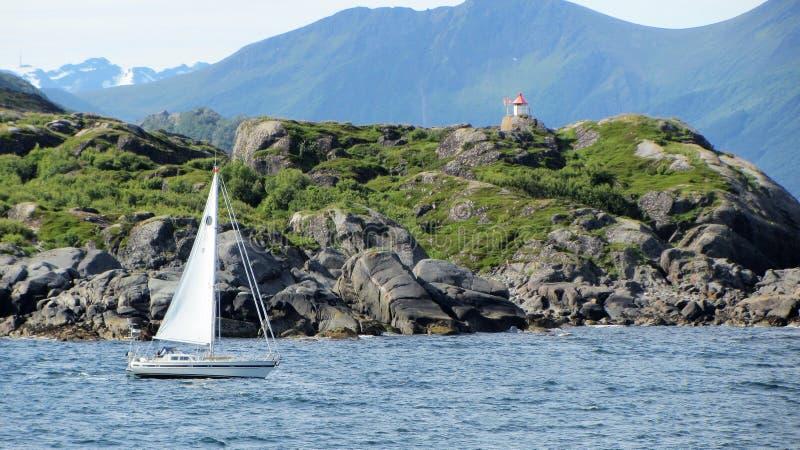 Un voilier dans Skrova, Lofoten image stock