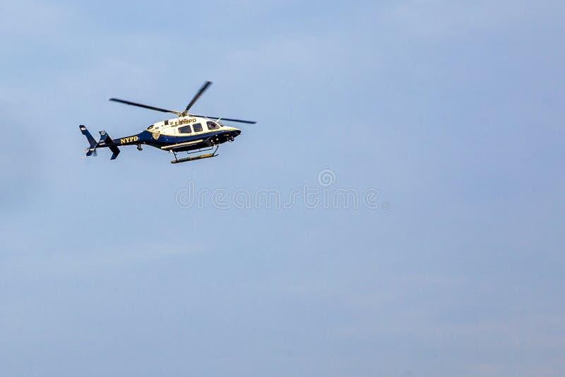 Un vol d'hélicoptère de NYPD le long de l'East River images stock
