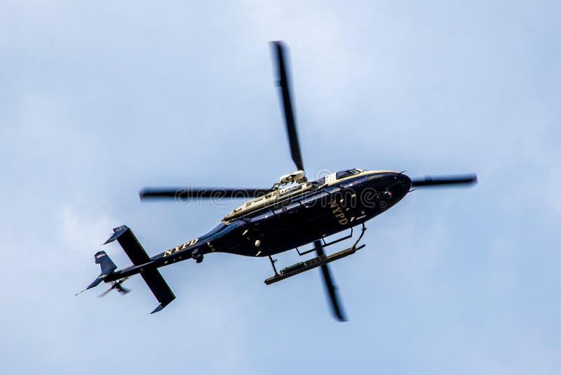 Un vol d'hélicoptère de NYPD le long de l'East River image stock