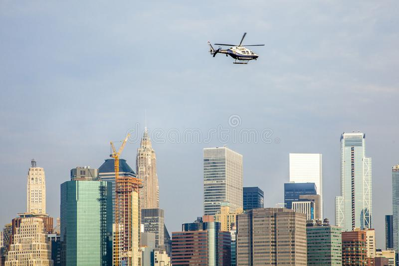 Un vol d'hélicoptère de NYPD le long de l'East River photos libres de droits