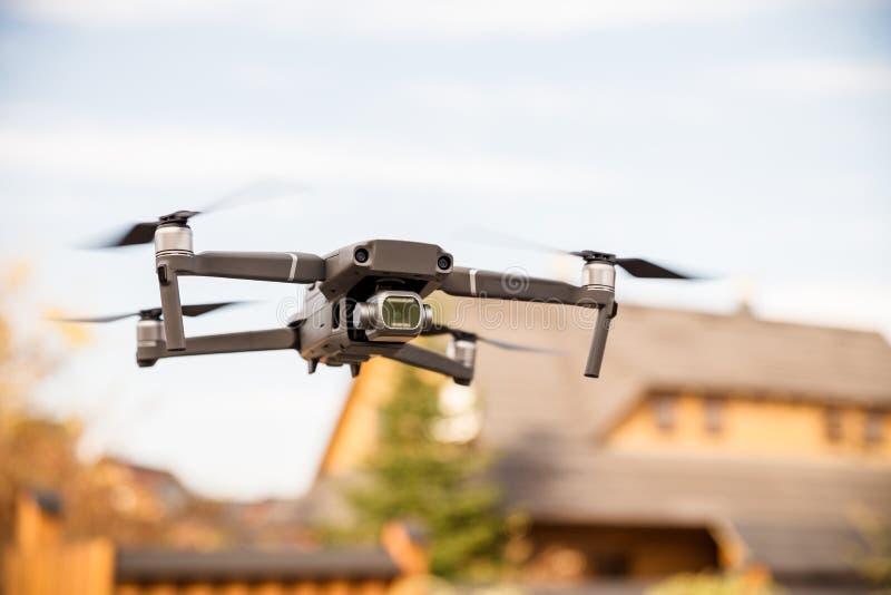 Un vol des drons derrière un tir brouillé de fond avec un en avant photos libres de droits