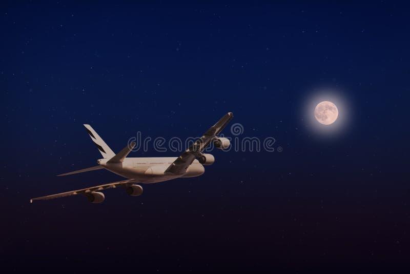 Un vol plat dans le beau clair de lune photo stock