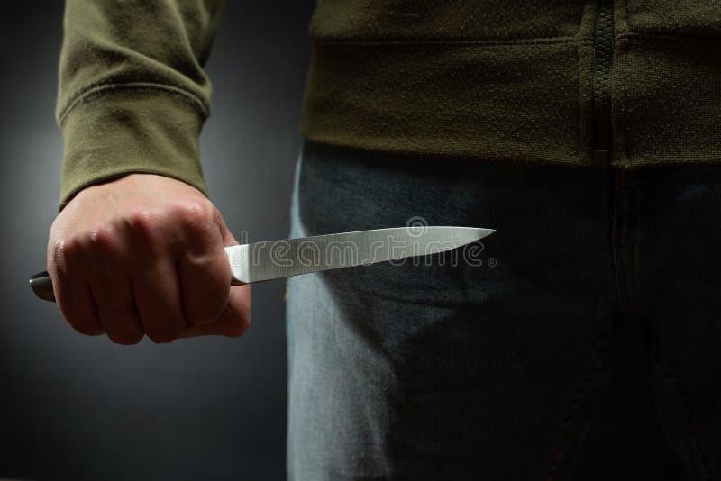 Un voleur avec un grand couteau - un meurtrier de pointu-assassin environ pour commettre le meurtre, vol, vol Articles de nouvell photographie stock