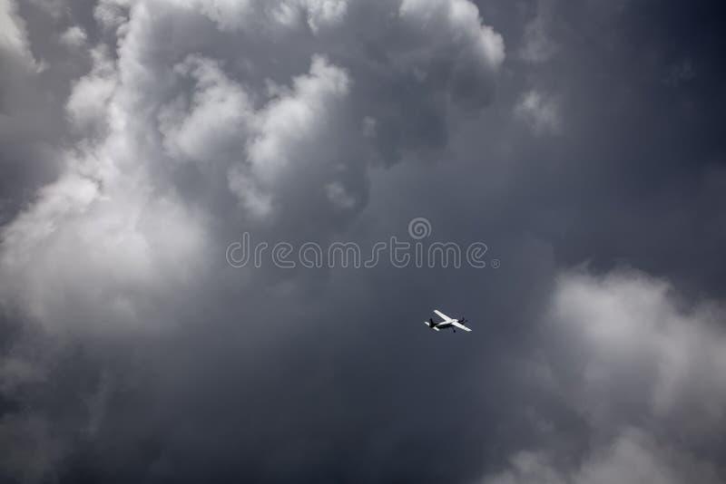 Un volo dell'aeroplano attraverso la nuvola di tempesta immagini stock