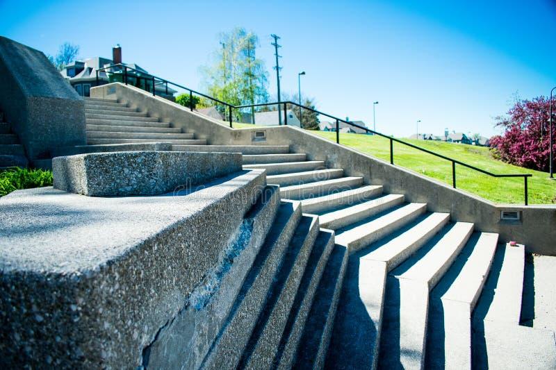 Un volo delle scale concrete un giorno di estate piacevole fotografia stock libera da diritti