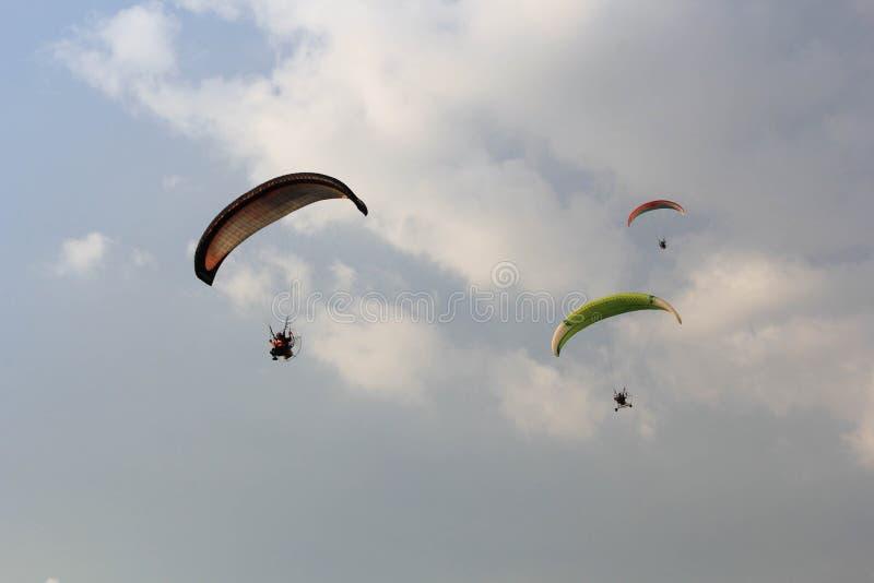 Un volo di tre alianti sul cielo blu fotografie stock