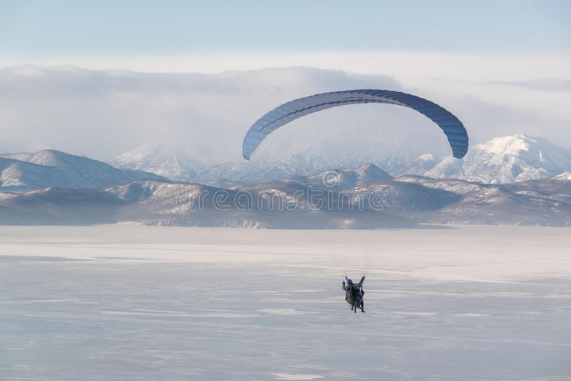 Un volo paraplan in tandem fotografia stock