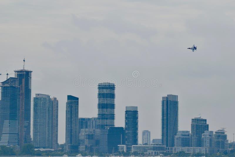 Un volo solo di Thunderbird sopra i nuovi palazzi multipiani del condominio immagini stock libere da diritti
