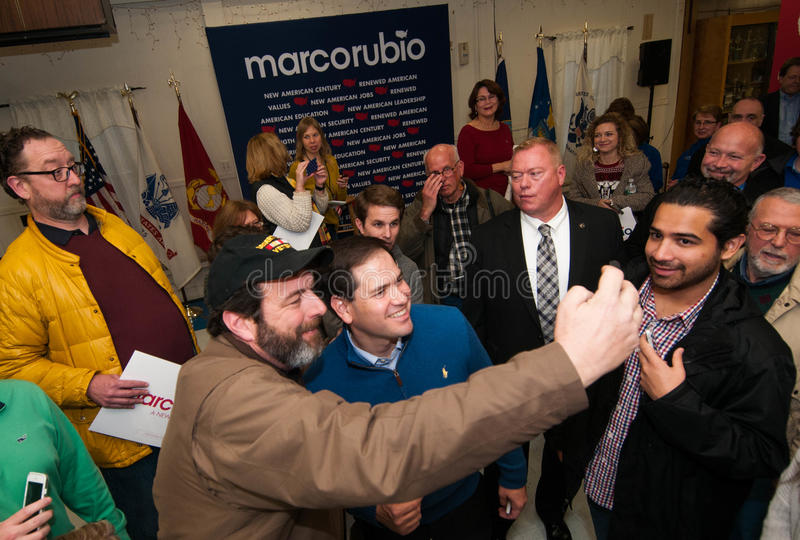 Un votante toma un selfie con Marco Rubio en Milford, New Hampshire fotografía de archivo libre de regalías