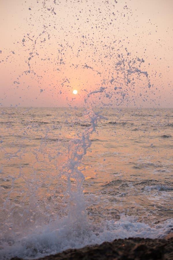 Un voyage à Goa Le coucher du soleil et le ` s d'océan pulvérisent photos libres de droits