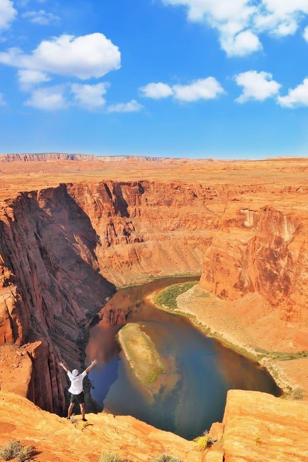 Un voyageur enthousiaste sur le rivage du fleuve Colorado images stock